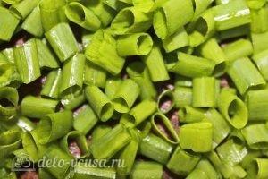Салат с колбасой, яйцом и блинами: Нарезаем лук