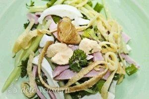 Салат с колбасой, яйцом и блинами: Выкладываем салат на тарелку