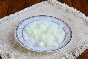 Салат с корейской морковкой и курицей: Накрошить лук