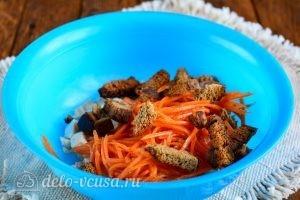 Салат с корейской морковкой и курицей: Добавить сухарики