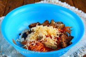 Салат с корейской морковкой и курицей: Добавить сыр