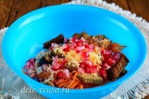 Салат с корейской морковкой и курицей: Добавить гранат в салат
