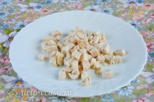 Салат с курицей и овощами: Нарезать филе