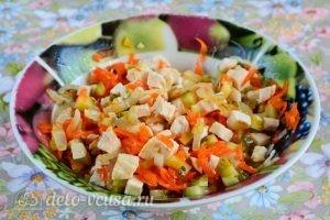Салат с курицей и овощами: Смешать ингредиенты