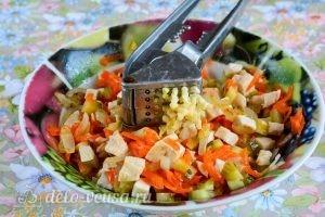 Салат с курицей и овощами: Добавить чеснок