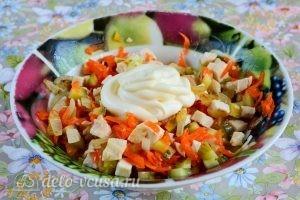 Салат с курицей и овощами: Добавить майонез