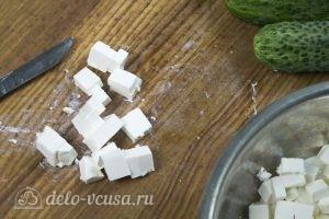 Салат с курицей и фетой: Нарезаем фету