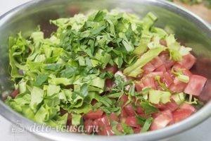 Салат с курицей и фетой: Соединяем овощи и зелень