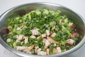 Салат с курицей и фетой: Добавляем зеленый лук и курицу