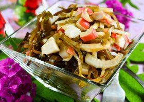 Салат с морской капустой и крабовыми палочками
