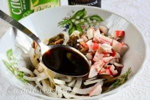 Салат с морской капустой и крабовыми палочками: Полить растительным маслом и соевым соусом