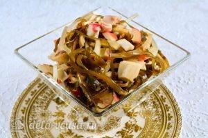 Салат с морской капустой и крабовыми палочками: Выложить салат в блюдо