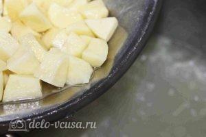 Щавелевый суп с курицей: Добавляем картофель и лук в бульон