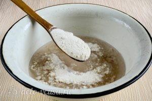 Сладкие булочки из дрожжевого теста: Добавить муку