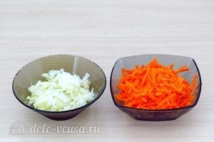 Гороховый суп с грибами: Измельчить лук и морковь