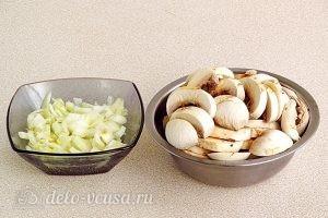 Почки с фасолью: Режем шампиньоны и лук