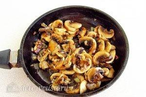 Почки с фасолью: Обжариваем грибы с луком до золотистого цвета