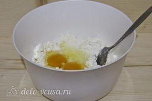 Сырники с овсяной мукой: Добавляем яйца