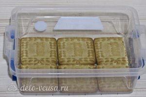 Торт из печенья с творогом и клубникой: Выложить печенье