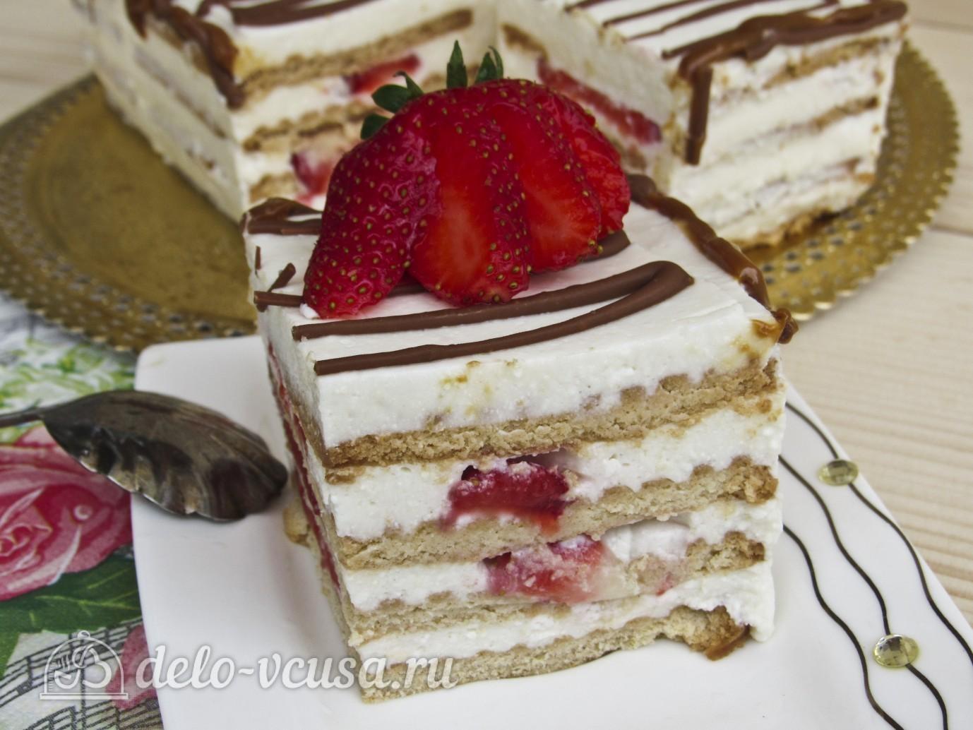 Торт из печенья с творогом и клубникой