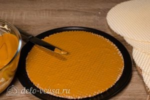 Вафельный торт со сгущенкой: Равномерно распределить крем