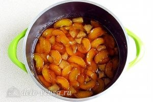 Варенье из персиков и консервированных ананасов: Варить смесь с соком