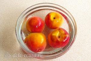 Варенье из персиков и консервированных ананасов: Выложить персики в холодную воду