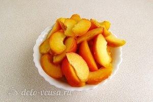 Варенье из персиков и консервированных ананасов: Нарезать персики
