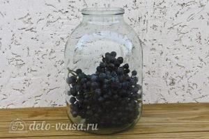 Виноградный компот с мятой на зиму: Заполняем банку виноградом