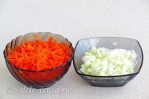 Ячневая каша с грибами в пароварке: Натереть морковь, нарезать лук