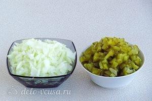 Салат с кальмарами и солеными огурцами Нарезаем огурцы и лук