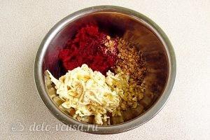 Салат из свеклы с плавленым сыром и чесноком: Соединить все ингредиенты