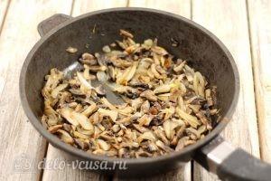 Жульен с курицей: Обжарить грибы с луком