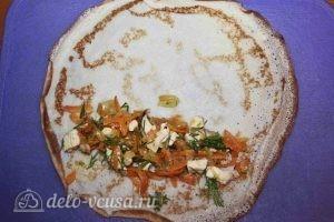 Блины с курицей и морковкой: На блинчик кладем начинку