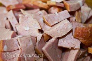 Дрожжевые пирожки с колбасой и сыром: Порезать колбасу