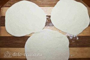 Дрожжевые пирожки с колбасой и сыром: Раскатать тесто