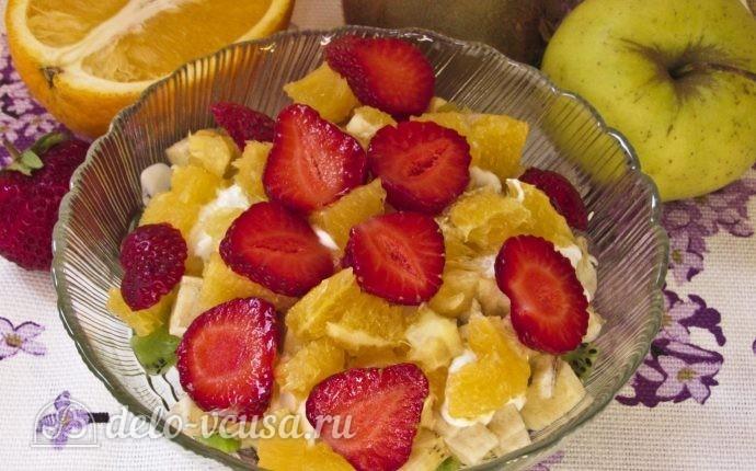 Фруктовый салат с бананом, киви, апельсином, яблоком, клубникой