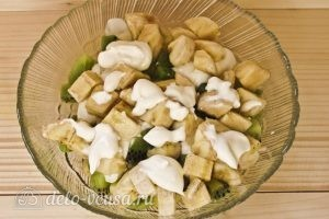 Фруктовый салат с бананом, киви, апельсином, яблоком, клубникой: Добавляем банан