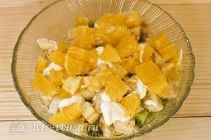 Фруктовый салат с бананом, киви, апельсином, яблоком, клубникой: Добавляем апельсин