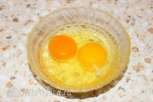 Кабачки, жаренные в сухарях: Разбить яйца