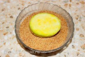 Кабачки, жаренные в сухарях: Обвалять кабачки в сухарях