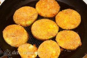 Кабачки, жаренные в сухарях: Поджарить кабачки с одной стороны