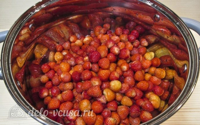 Клубнично-банановое варенье: Перекладываем ягоды в посуду