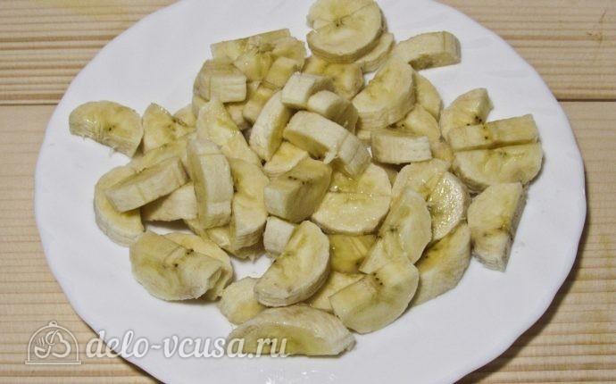 Клубнично-банановое варенье: Нарезаем бананы
