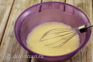 Маффины с ягодами: Смешать молоко, яйцо и масло