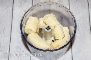 Банановые оладьи: Положить банан в блендер