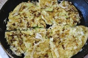 Омлет с капустой: Жарим омлет с другой стороны