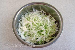 Овощной салат со свеклой: Нашинковать капусту