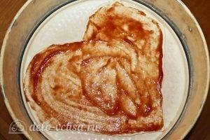 Пицца в форме сердца: Смазать томатным соусом