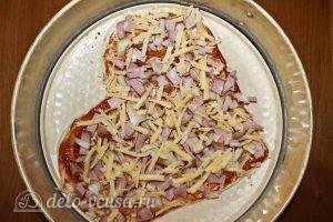 Пицца в форме сердца: Добавляем тертый сыр